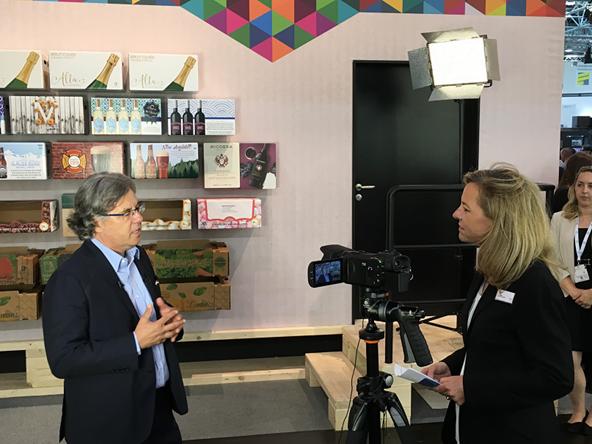 HP Indigoの事業部長 Aron Bar-Shiny氏と、インタビューするDRUPAのCEO Sabine Geldermann女史